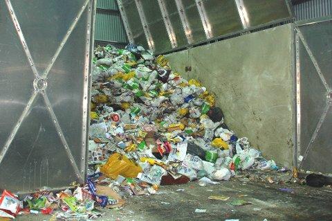 VIL HA MAT FOR SEG: Politikerne ønsker nå at matavfall skal sorteres også i Vadsø. Dette bildet viser hvordan restavfallet ser ut når det er samlet inn i dag.