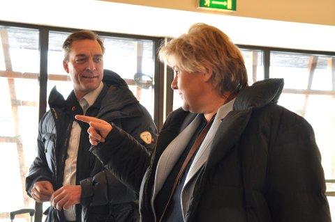 HART MAKTA: EU-minister Frank Bakke-Jensen (H) påpeker at det er statsminister Erna Solberg som sier opp en statsråd. Her fotografert i lag på flyplassen i Lakselv i 2013.
