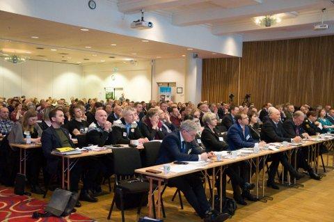 Deltakerne på villakskonferansen i Alta tirsdag. Foto: Oddgeir Isaksen