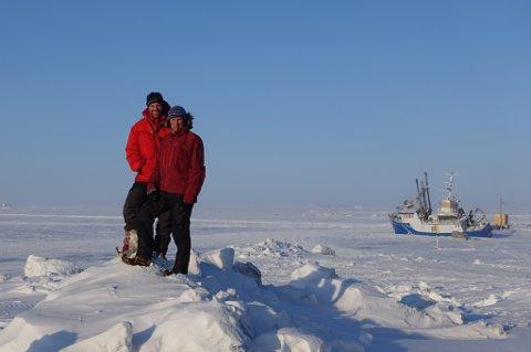 KLAR TIL Å SEILE: Harald Dag Jølle og Vegard Ulvang i  i Cambridge Bay - snart  klare for å heise seil i Nordvestpassasjen. Foto: Jan Fasting.