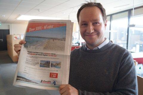 GIR GAVE: Markedsleder i Finnmark Dagblad Anders Nesse gir bort to gavekort til abonnentene.