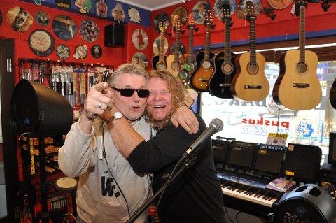 HJERTELIG GJENSYN: KM Myrland og Puskas har kjent hverandre i 30 år. Fredag holdt førstnevnte konsert i platebutikken til Puskas.