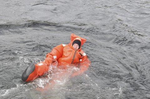 HAVNET I VANNET: Hilde Skansen ble lørdag med på en redningsøvelse under maritim dag i Alta.  Alle foto: Oddgeir Isaksen