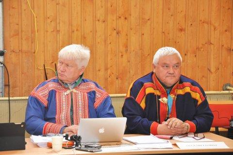 Klemet Klemetsen (til venstre) og Nils Henriksen. Kautokeino kommunestyre i Máze 16. juni 2016. Foto: Oddgeir Isaksen