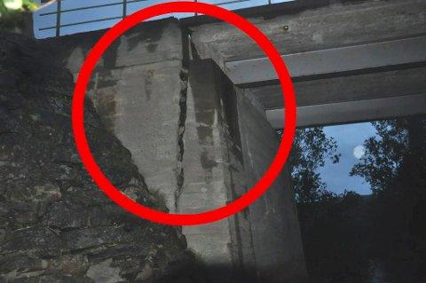 SPREKKEN: Her sees tydelig sprekken i brufundamentet på brua over Vuolmmašjohka ved Veidnes i Porsanger.