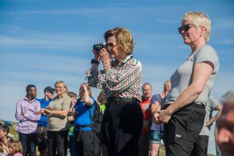 Dronning Sonja fotograferer danserne ytterst på Tarhalsen.