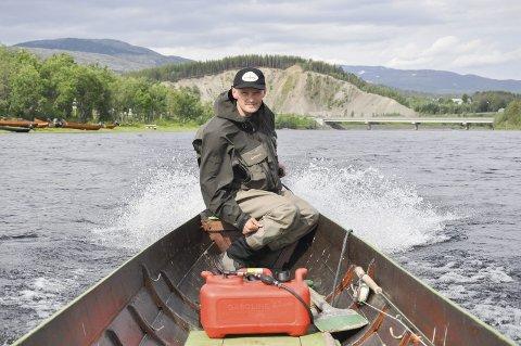 BEKYMRET: - Det at det bare blir færre og færre laks i elva er urovekkende, synes Jan Magne Hestvik. Her på en av sine mange turer med elvebåt i Altaelva.
