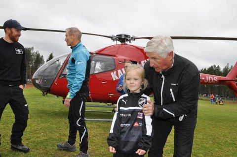 Oline Holsbø (6). Hopplegende Bjørn Wirkola landet med helikopter på Alta Idrettspark under Altaturneringen 2016. Foto: Oddgeir Isaksen