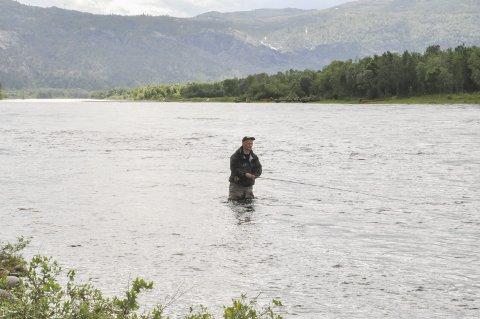 LAKSEFISKER: Jan Magne Hestvik i Alta er en av mange som har fisket i Altaelva i år. I år ble han trukket ut som 1.956.
