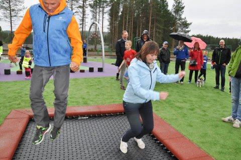 Arne Hammari i Gjensidigestiftelsen og Alta-ordfører Monica Nielsen testet trampolinen under åpningen av den nye aktivitetsparken på Alta Idrettspark.