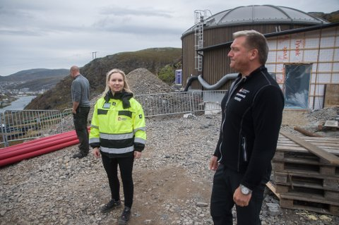 - Om alt går etter planen vil tårnene fylles med vann i slutten av oktober, sier prosjektleder Michelle Adamsen, her med fagleder Leif Inge Jensen.