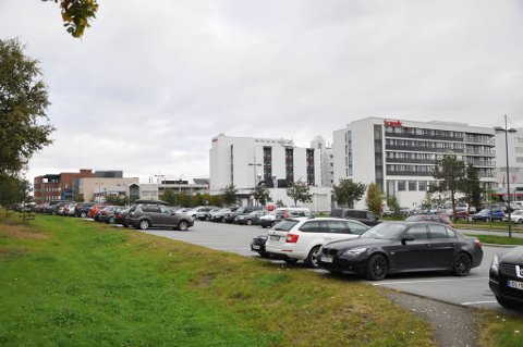 Det er vedatt planarbeid for å bygge parkeringshus der denne parkeringsplassen i dag er mellom Scandic og E6 på Alta Sentrum.