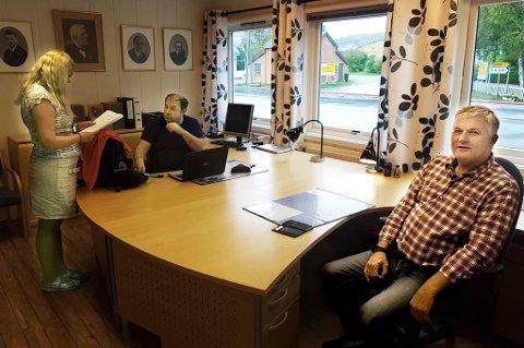 HOVEDKONTOR I LYNGEN: Kabinsjef Fabiana Ibsen og flygesjef Jan Kristensen på kontoret sammen med Ola O.K. Giæver jr.
