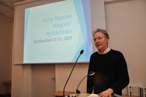 NYTTÅRSTALE: Professor Kjell Arne Røvik ved UiT Norges arktiske universitet tok onsdag for seg to versjoner av kong Haakons nyttårstale i 2037.