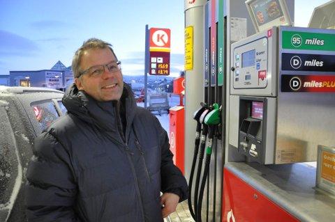 PRISBEVISST: Jim Reidar Pedersen i Alta er opptatt av å fylle tanken når prisene er på det laveste. Tirsdag fyllte han tanken på Cirkle K på Elvebakken i Alta.