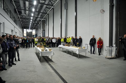I hallen som store kjøretøyer kan kjøre gjennom var det onsdag kakefest og grunnsteinsnedleggelse. Foto: Svein G. Jørstad