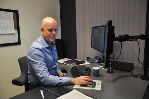STORE FORSKJELLER: Generelt går det oppover i Finnmarks boligmarked, men eiendomsmegler Lars Erling Lossius konstaterer stor prisnedgang i Vadsø.