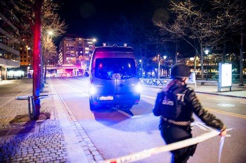 SPERRET AV: Politiet sperret av et område på Grønland i Oslo og en mann ble pågrepet etter funnet av en improvisert sprengladning i fjor. Foto: Fredrik Varfjell / NTB scanpix