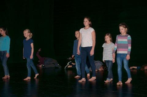 PÅ SCENEN: Barn og unge i aksjon under forestillingen søndag. De følte seg som profesjonelle dansere, sa de etterpå.