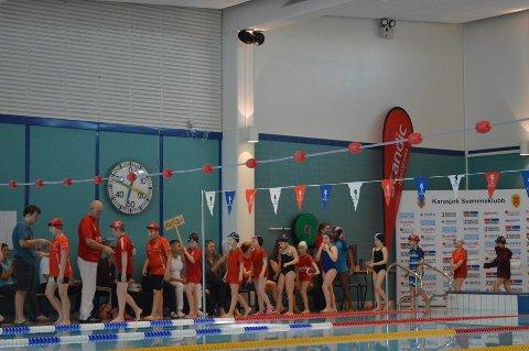 STOR INTERESSE: Nesten 70 rekrutter deltar i helgen på svømmestevnet i Karasjok.