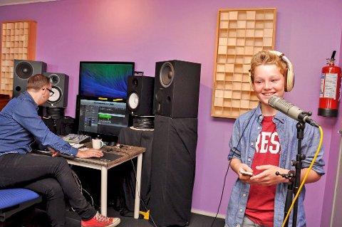 SANGFUGL: På bildet, som er fra 2014, er Eirik 11 år og holder på med låtinnspilling under Gigant i Alta sammen med produsent Henrik Gustavsen.