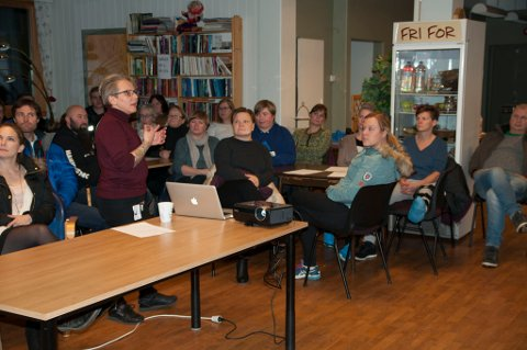 GODT OPPMØTE: Det var fullt hus på Frivillighetssentralen, 64 personer kom til oppstartsmøtet for Natteravnene. Her ser du Trine Stenersen fortelle om opplegget.