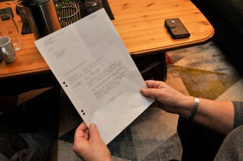 ANMELDT: I likhet med Bjørnar Bruer ble også Wenche Mikalsen anmeldt av fylkeskommunen, men anmeldelsene ble henlagt. Her holder Mikalsen henleggelsen i hendene.