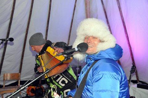 TILBAKE TIL FINNMARK: Lars Erik Blokkhus i Plumbo på viddekonsert på Nedre Mollisjok fjellstue i 2014. Nå skal han stå på scenen alene i Alta under Borealis Matfestival. Foto: Oddgeir Isaksen