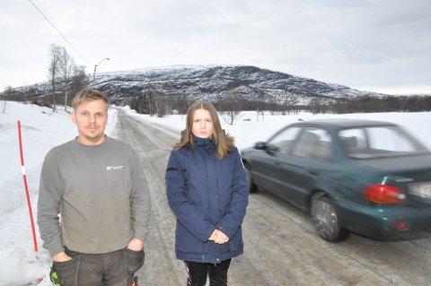 FARLIG SKOLEVEI: Både FAU-leder Knut Erik Hammari og elevrådsleder Ariana Olsen ved Rafsbotn skole mener at Russeluftveien er en farlig skolevei.