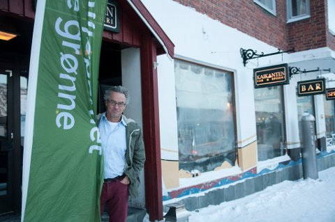 FLAGGET PÅ KAIKANTEN: Miljøpartiet De Grønne flagget på Kaikanten for å vise partiets tilstedeværelse. - MDG må synes for å bli hørt, sier stortingsrepresentant Rasmus Hansson.