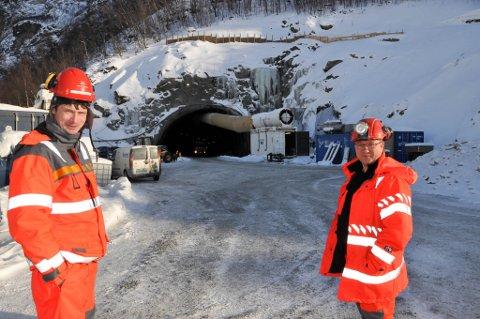 I RUTE: Byggeleder Brede Thomassen (til venstre) og kontrollingeniør Tor Sverre Andersen i Statens vegvesen opplyser at man er i rute med den siste tunnelen på E6 vest for Alta.