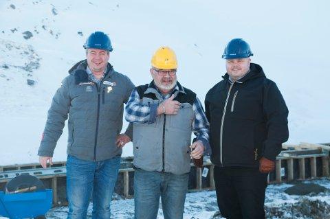 MANGE SKAL BO HER: Megler Egil Annar Haugen, styreleder i Meridian Eiendomsutvikling Tormod Bartholdsen, og megler Fred Johansen på området hvor 17 leiligheter er solgt.
