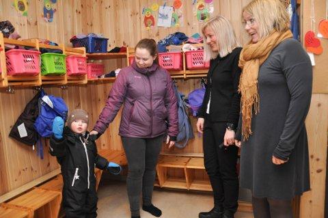 SKAL I MØTET: Fay Berntsen (til venstre) som er mamma til Noah (3), skal i foreldremøtet tirsdag. Her sammen med styrer Inger Helene Brandser på Saga barnehage og barnehagefaglig ansvarlig Nina Sørensen (til høyre) i Alta kommune.