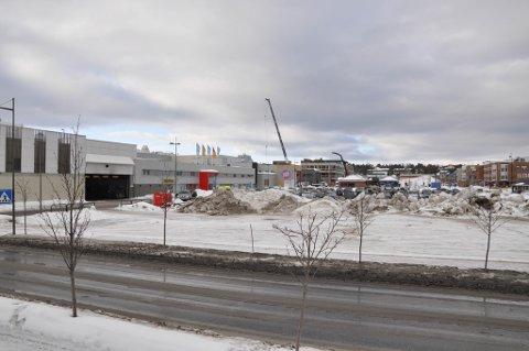 NYTT BYGG: På det åpne området på andre siden av veien er det planlagt en utvidelse av kjøpesenteret Amfi med parkeringskjeller under.