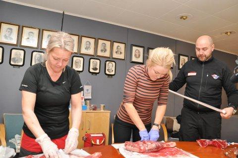 STOPPE BLOD: Beathe Johansen Mikalsen og Marit Toset fra Talvik øver her på å stoppe blod i disse to kjøttstykkene som blir tilført kunstig blod.