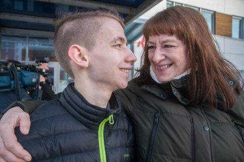MAMMA MED: Med mamma Judit Solvang ved sin side, venter Thor-Egil på morgendagens storoperasjon. Her etter møtet med Nav 3. mars i år.