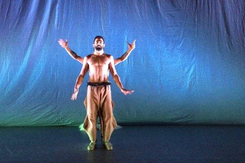 Her viser danserne Hocine Khiar og Mehdi Belkabir dans fra forestillingen «Ritual» i Hammerfest. Video: Christel-Beate Jorilldatter