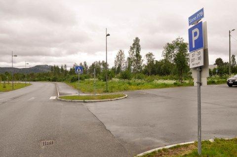 MIDLERTIDIG: Det skal bygges en midlertidig parkeringsplass på Alta sentrum mellom Løkkeveien og E6.