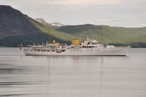 PÅ TUR INN: Her er kongeskipet «Norge» på vei inn til Alta havn.