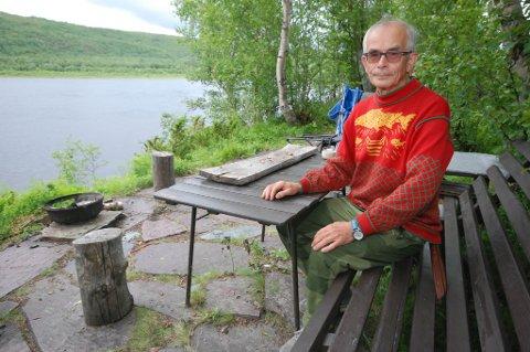 FLERE FEIL: Tidligere TF-leder Steinar Pedersen, best kjent som historiker og forsker, mener laksedommen er både ensidig i favør av staten og inneholder flere feil. Her er han fotografert ved hjemstedet i Polmak, like ved Tanaelva.