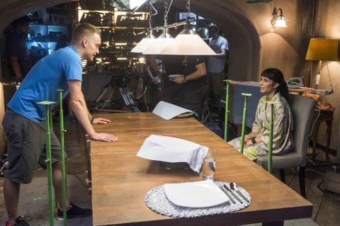 GODT BESØK: Regissør Tommy Wirkola og Noomi Rapace under innspillingen av «What happened to Monday».