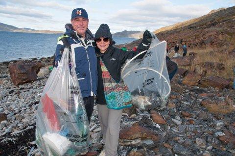 PLUKKER MED GLEDE: Ekteparet De Lange fjerner gjerne søppel i løpet av sin Hurtigrute-tur.