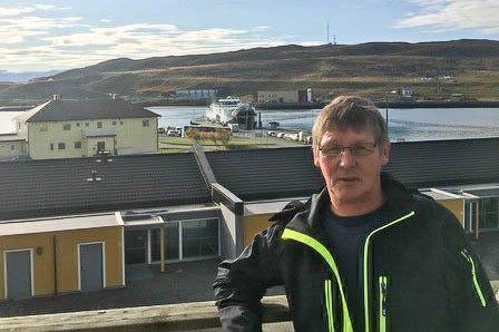 REAGERER: Frode Wilhelmsen fra Øksfjord er yrkessjåfør. Han mener Boreal ikke bør la ferga fra Hasvik til Øksfjord kunne reserveres på de støreste utfartsdagene. Han måtte se at «Hasvik» gikk klokken 09.50. Neste avgang var med «Bergsfjord» klokken 15.00 på fredag.