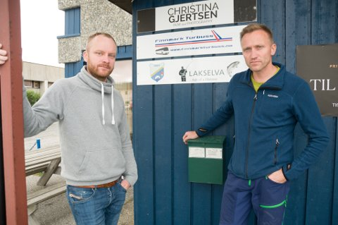 KRITISKE TIL OPDRETTSANLEGG: Egil Liberg (til venstre) og Nils Pettersen i Lakselv grunneierforening liker dårlig at Grieg Seafood Finnmark får starte med oppdrett av laks i Porsangerfjorden.