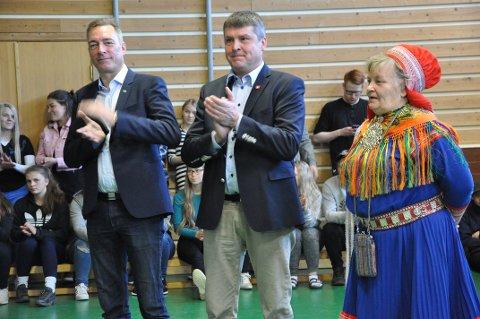 APPLAUDERTE: Statsråd Frank Bakke-Jensen, Bengt Rune Strifeldt (Frp) og rektor Ellen Inga O. Hætta.