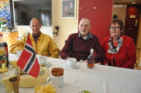 BURSDAG: Ingvald Heitmann ble 100 år på tirsdag, og barna Åge og Vigdis var blant de mange gratulantene på den store dagen.
