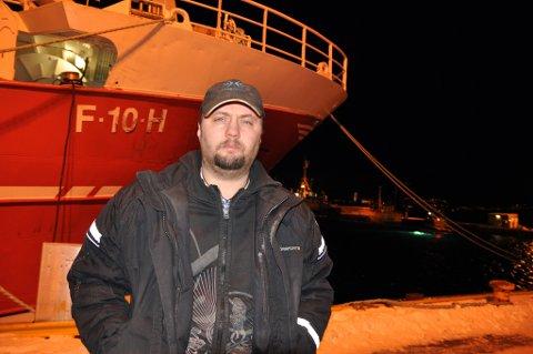 KASTES PÅ LAND: Svein Vegar Lyder peker på fiskeriminister Harald T. Nesviks siste reguleringer og mener denne har knust alt Lyder og sønnen har bygd opp gjennom mange år.