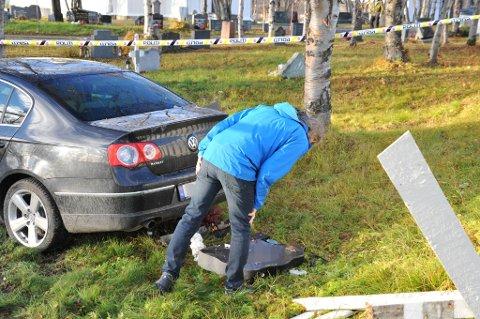 STORE SKADER: Denne gravsteinen ble trolig rygget ned.