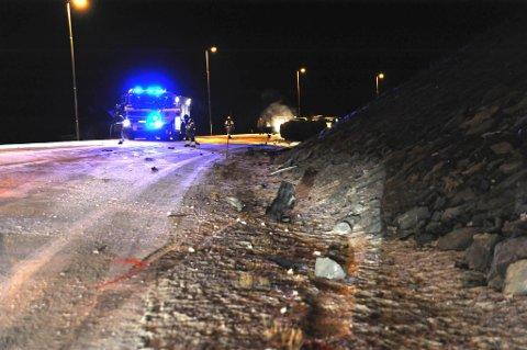 UT HER: Bilen kom ut i vollen langs veien her. Kort tid etterpå sto bilen i flammer.