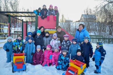FORNØYDE: Foreldre og barn ved Bossekop barnehage er svært fornøyde med barnehagen sin. Her er barna med noen av de ansatte.